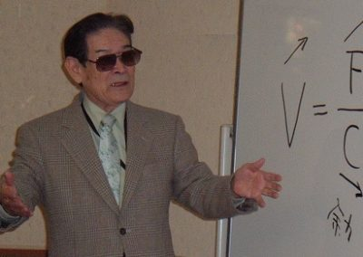 Isao Okumura who made the first makigami, teaching the concept in 2006
